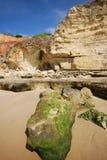 Penhascos vermelhos e pedra grande (o Algarve, Portugal) Fotografia de Stock Royalty Free