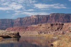 Penhascos Vermilion e o rio de Colorado Fotografia de Stock