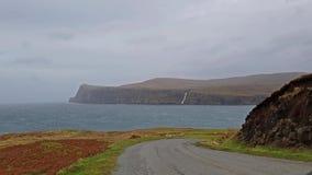 Penhascos vistos de mais baixo Milovaig durante a tempestade Callum do outono - ilha de Skye, Escócia vídeos de arquivo