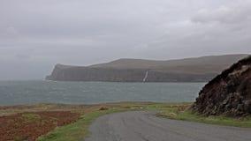 Penhascos vistos de mais baixo Milovaig durante a tempestade Callum do outono - ilha de Skye, Escócia video estoque