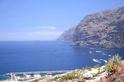 Penhascos vulcânicos gigantes do Los Gigantes em Tenerife Fotografia de Stock
