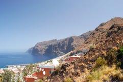 Penhascos vulcânicos gigantes do Los Gigantes em Tenerife Foto de Stock