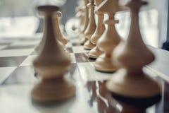 Penhores da xadrez no tabuleiro de xadrez Fotos de Stock Royalty Free