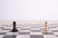 Penhores de madeira preto e branco no tabuleiro de xadrez Fotografia de Stock Royalty Free