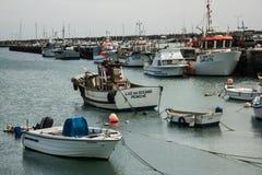 Peniche,葡萄牙:artesanal渔船在Peniche口岸停泊了 免版税库存图片