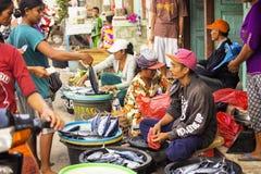 PENIDA海岛,印度尼西亚- 6月13 2015年:妇女在市场上 努沙Penida 6月13日 2015年印度尼西亚 免版税库存照片