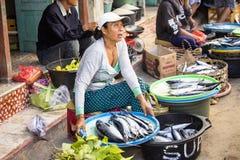 PENIDA海岛,印度尼西亚- 6月13 2015年:妇女在市场上 努沙Penida 6月13日 2015年印度尼西亚 库存照片
