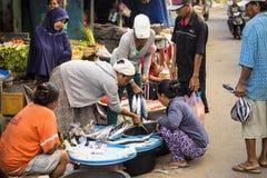 PENIDA海岛,印度尼西亚- 6月13 2015年:老妇人在市场上 努沙Penida 6月13日 2015年印度尼西亚 免版税库存照片