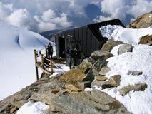 PENINNE-ALPEN, ITALIEN, im September 2011: Bergsteiger, die vor Nachtlager-Schutz stehen Stockbilder