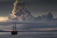 Penisi fartygkryssning i solnedgången, Raja Ampat Arkivbilder