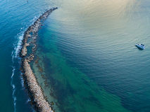 Penisola dell'oceano con la barca in vista Fotografia Stock Libera da Diritti