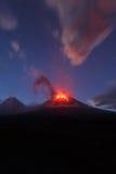 Penisola di Kamchatka: eruzione Klyuchevskaya Sopka di notte immagine stock