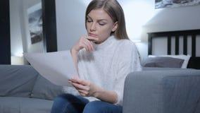 Penisve妇女读书文件,在沙发的开会 股票视频
