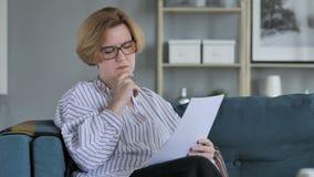 Penisve老资深妇女读书协议,在沙发的开会 股票录像