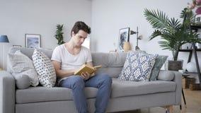 Penisve młodego człowieka Czytelnicza książka przy pracą zdjęcie wideo