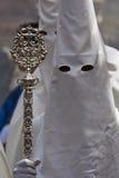 Penitente con il personale di argento durante la processione della settimana santa immagini stock libere da diritti