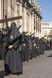 Penitente con la sua settimana trasversale e santa nella fratellanza nazarena di Siviglia degli studenti Immagini Stock