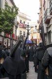 Penitente con la sua settimana trasversale e santa nella fratellanza nazarena di Siviglia degli studenti Immagine Stock Libera da Diritti