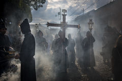 Penitents σε μια πομπή Πάσχας κατά τη διάρκεια της ιερής εβδομάδας στη Αντίγκουα, Γουατεμάλα Στοκ Φωτογραφία