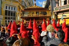Penitents носят красные клобуки для традиционного Стоковое Изображение RF