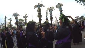 Penitents de las mujeres en cetro que lleva del atuendo cuaresmal siluetas