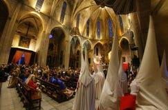 Penitents die kerk wijd ingaan vóór het begin van een heilige de weekoptocht van Pasen in Mallorca stock foto