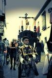 Penitents en la procesión del lunes 10 santo fotos de archivo
