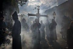Penitents in una processione di Pasqua durante la settimana santa in Antigua, Guatemala Fotografia Stock