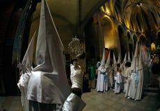 Penitentsgang binnen kerk vóór het begin van een heilige de weekoptocht van Pasen in Mallorca wijd stock foto