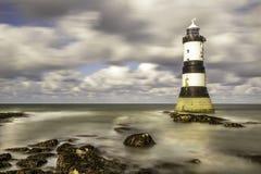 Penmom灯塔Anglesey西北费用威尔士 免版税库存图片