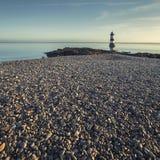 Penmon在日出的大理石海滩 库存图片