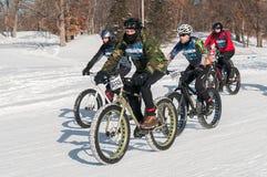 2014 Penn Cycle Fat Tire Loppet - Gruppe Radfahrer auf Kurs Stockfotos