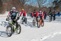 Penn Cycle Fat Tire Loppet 2014 - Radfahrer gehen heraus vom Anfang voran Lizenzfreies Stockfoto