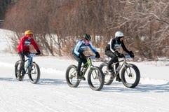 2014 Penn Cycle Fat Tire Loppet - trois cyclistes sur le cours Photos stock