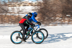 2014 Penn Cycle Fat Tire Loppet - vitesse de deux cyclistes au delà Image stock
