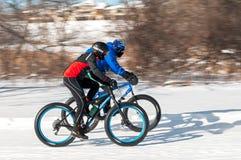 2014 Penn Cycle Fat Tire Loppet - zwei Radfahrer-Geschwindigkeit vorüber Stockbild