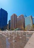 Penn Square avec des fontaines de rue et l'horizon des gratte-ciel Photographie stock libre de droits