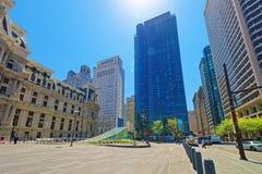 Penn Square com câmara municipal de Philadelphfia e skyline do skyscrape Fotos de Stock Royalty Free