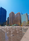 Penn Square met straatfonteinen en horizon van wolkenkrabbers royalty-vrije stock fotografie