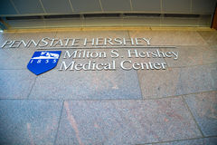 Penn State Hershey Medical Center tecken och logo arkivfoto