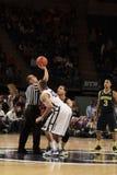 Penn State Ross Travis und Michigans Jordanien Morgan springen Stockfotos