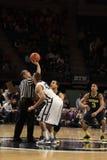 Der Ross Travis Penn State playersPenn Zustandes und Michigans Jordanien Morgan springen, damit der Basketball ein Spiel beginnt Lizenzfreie Stockfotografie