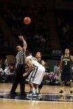 Der Ross Travis Penn State playersPenn Zustandes und Michigans Jordanien Morgan springen, damit der Basketball ein Spiel beginnt Stockfotos