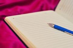 Penna alla pagina in bianco di vecchio taccuino Immagine Stock