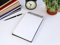 Penna, anteckningsbok och behändigt Den funktionsdugliga yttersidan av en anteckningsbok för rekord Arkivbilder