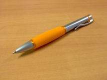 Penna arancione con il percorso di residuo della potatura meccanica Immagini Stock