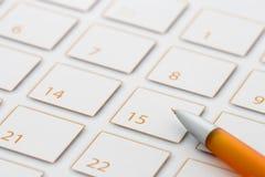 Penna arancione sul calendario 1 Immagine Stock Libera da Diritti