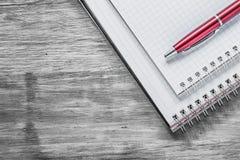 Penna in bianco del biro dei quaderni sul concetto di legno dell'ufficio del bordo Immagine Stock