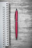Penna in bianco del biro dei taccuini sul concetto di legno dell'ufficio del bordo Immagini Stock Libere da Diritti