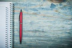 Penna in bianco del biro dei taccuini sull'ufficio dello spazio della copia del bordo di legno concentrato immagini stock libere da diritti